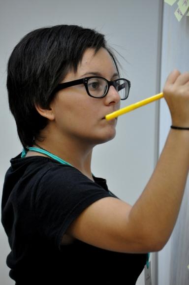 L'Aïda Ballester, membre de l'equip de relatoria en plena feina
